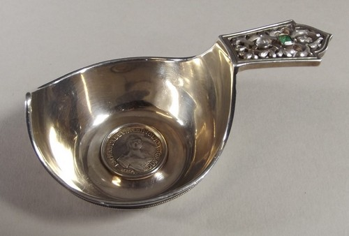 Lot 557 - RUSSIAN SILVER KOVSH (FABERGE) A late 19th century Russian silver & jewelled kovsh by the Faberge